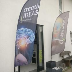 Beachflags vor dem Besprechungsraum der Werbeagentur designzwerge